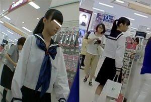 制服JCのパンチラ盗撮!! 母親と買い物中のロリの顔出しエロ動画