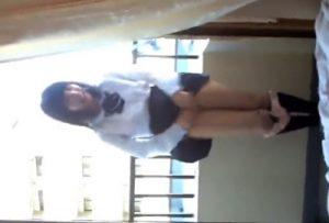 動画内で中学生って声が・・・素人のJCがふざけてマンコを露出したスマホ動画